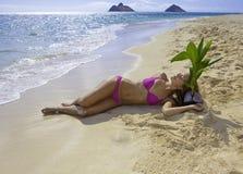 Muchacha en la playa con la palmera del bebé Fotos de archivo