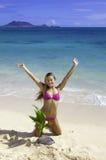 Muchacha en la playa con la palmera del bebé Foto de archivo libre de regalías