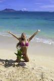 Muchacha en la playa con la palmera del bebé Imagen de archivo