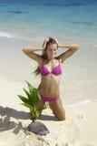 Muchacha en la playa con la palmera del bebé Imagenes de archivo