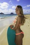 Muchacha en la playa con la tarjeta de la boogie Foto de archivo libre de regalías