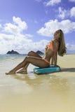 Muchacha en la playa con la tarjeta de la boogie Imagen de archivo libre de regalías