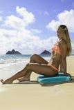 Muchacha en la playa con la tarjeta de la boogie Fotos de archivo
