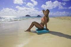 Muchacha en la playa con la tarjeta de la boogie Fotos de archivo libres de regalías
