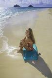 Muchacha en la playa con la tarjeta de la boogie Foto de archivo