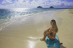Muchacha en la playa con la tarjeta de la boogie Fotografía de archivo