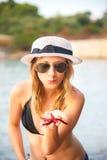 Muchacha en la playa con las estrellas de mar Imágenes de archivo libres de regalías