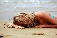 Muchacha en la playa del mar Imágenes de archivo libres de regalías