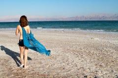 Muchacha en la playa del mar muerto Fotografía de archivo libre de regalías
