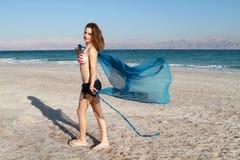 Muchacha en la playa del mar muerto Imagen de archivo libre de regalías