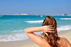 Muchacha en la playa del puerto deportivo de Dubai Imágenes de archivo libres de regalías