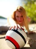 Muchacha en la playa detrás del cierre de la bola para arriba Imagen de archivo
