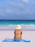 Muchacha en la playa en el bikiní azul a Imágenes de archivo libres de regalías