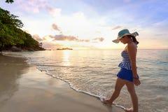 Muchacha en la playa en la isla de Similan, Tailandia Imagenes de archivo