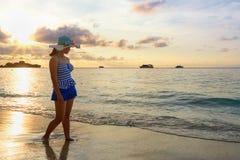 Muchacha en la playa en la isla de Similan, Tailandia Imágenes de archivo libres de regalías