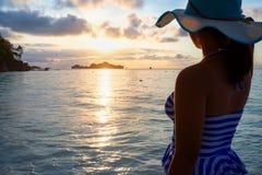 Muchacha en la playa en la salida del sol Imagen de archivo