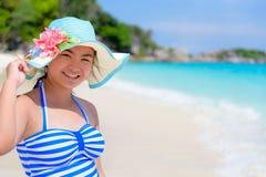 Muchacha en la playa en Tailandia Imagenes de archivo