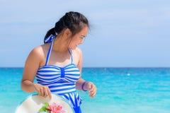 Muchacha en la playa en Tailandia Foto de archivo libre de regalías