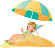 Muchacha en la playa en un deckchair Fotos de archivo