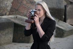 Muchacha en la playa que hace una foto fotos de archivo