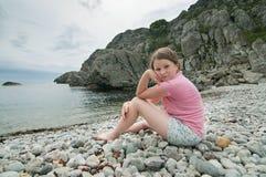 Muchacha en la playa rocosa Fotos de archivo libres de regalías