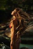 Muchacha en la playa tropical Imagenes de archivo