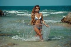 Muchacha en la playa tropical Imágenes de archivo libres de regalías