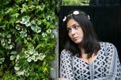 Muchacha en la puerta de un jardín Imágenes de archivo libres de regalías