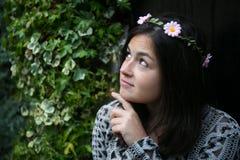 Muchacha en la puerta de un jardín Fotografía de archivo