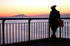 Muchacha en la puesta del sol Sorrento Italia imagen de archivo libre de regalías