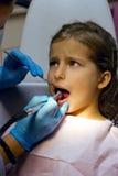 Muchacha en la recepción en el dentista Imágenes de archivo libres de regalías