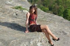 Muchacha en la roca Foto de archivo