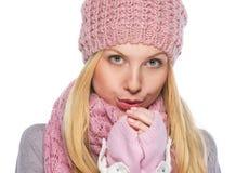 Muchacha en la ropa del invierno que calienta las manos Imágenes de archivo libres de regalías