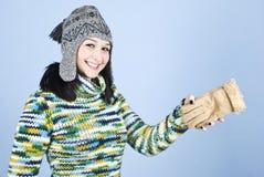 Muchacha en la ropa del invierno que se divierte Foto de archivo