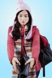 Muchacha en la ropa del invierno que sostiene la cartera vacía Fotos de archivo