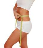 Muchacha en la ropa interior blanca con una cinta métrica alrededor de su cintura Imagen de archivo libre de regalías