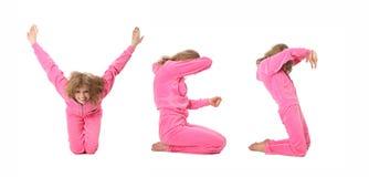Muchacha en la ropa rosada que hace la palabra SÍ Imágenes de archivo libres de regalías
