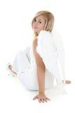 Muchacha en la sentada del traje del ángel Imagenes de archivo