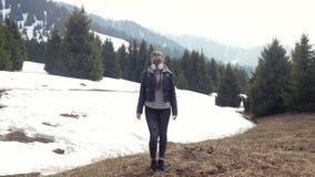 Muchacha en la situación de la careta antigás en naturaleza Invierno, nieve, gasmask almacen de metraje de vídeo