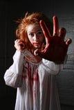 Muchacha en la situación del horror con la cara sangrienta Imagenes de archivo