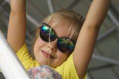 Muchacha en la sonrisa de las gafas de sol Fotografía de archivo libre de regalías