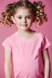 Muchacha en la sonrisa rosada Imagen de archivo