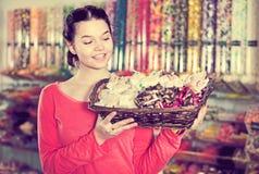 Muchacha en la tienda con las porciones de dulces Imagenes de archivo
