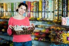 Muchacha en la tienda con las porciones de dulces Fotos de archivo libres de regalías