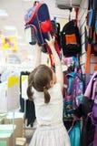 Muchacha en la tienda que elige la cartera Fotos de archivo libres de regalías