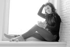 Muchacha en la ventana blanco y negro Imagen de archivo libre de regalías
