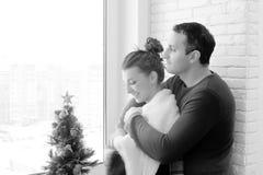 Muchacha en la ventana blanco y negro Fotografía de archivo libre de regalías