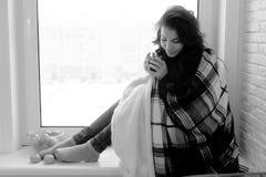 Muchacha en la ventana blanco y negro Fotos de archivo libres de regalías