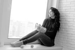Muchacha en la ventana blanco y negro Fotografía de archivo