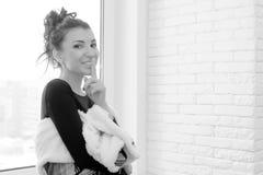 Muchacha en la ventana blanco y negro Foto de archivo